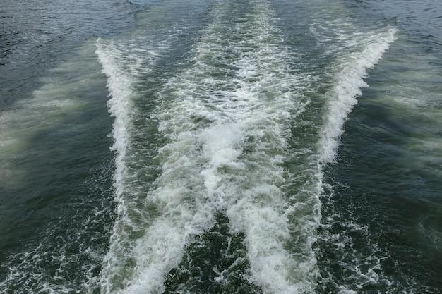 Ślad na wodzie ze statku
