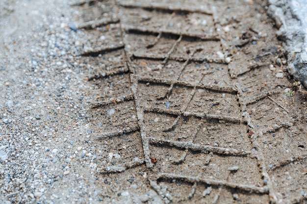 Ślad opon na piasku lub błocie na torze drogowym