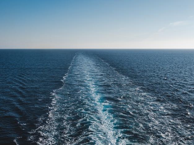 Ślad statku wycieczkowego na powierzchni morza