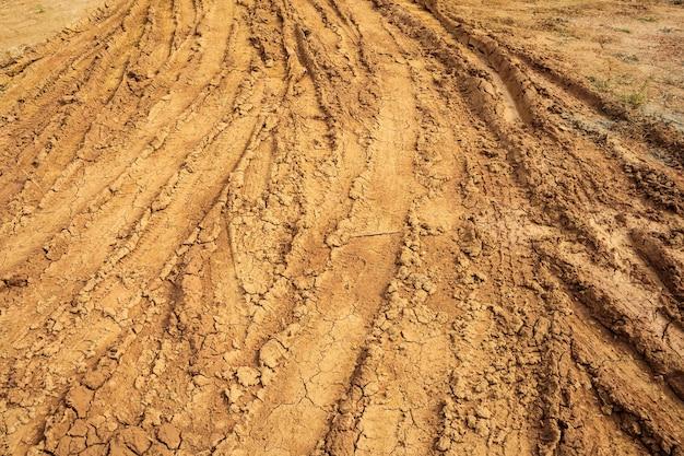 Ślady kół na wiejskiej drodze gruntowej