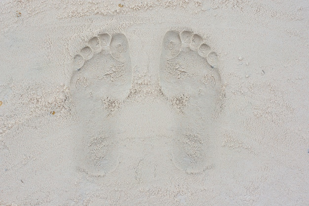 Ślady na piasku na placu zabaw