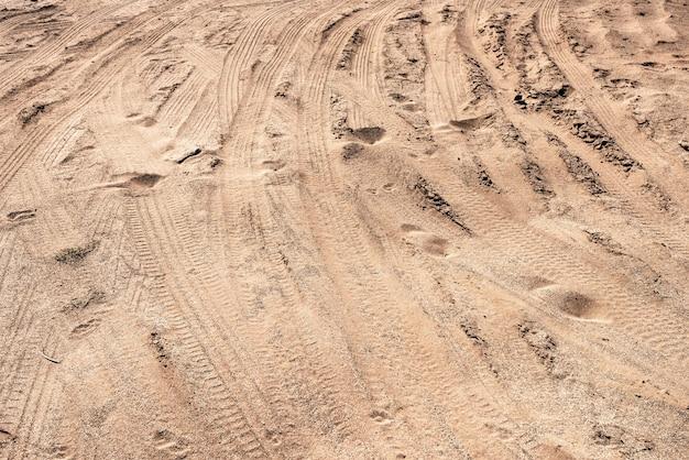 Ślady samochodów na piasku na pustyni