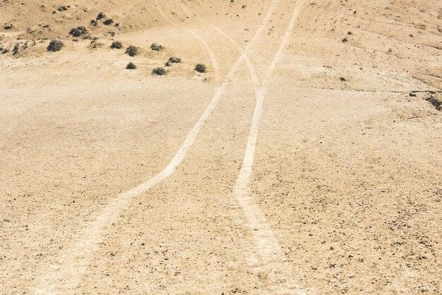 Ślady samochodów na terenie pustynnym
