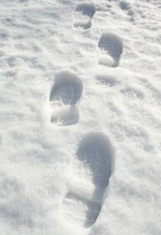 Ślady stóp na śniegu