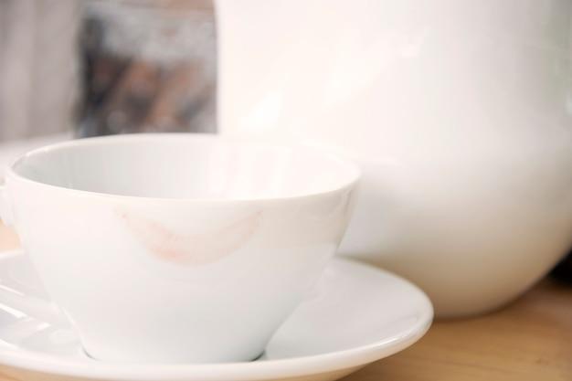 Ślady szminki na filiżance herbaty
