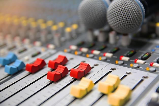 Slajd głośności z bliska cyfrowego miksera dźwięku w studio do nagrywania i edycji.