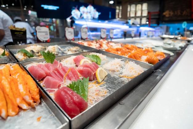 Slajdy rybne umieszczone w tacach, japońskie restauracje