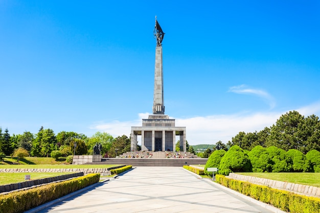 Slavin war memorial to pomnik i cmentarz wojskowy w bratysławie na słowacji. dedykowany żołnierzom armii radzieckiej podczas ii wojny światowej.