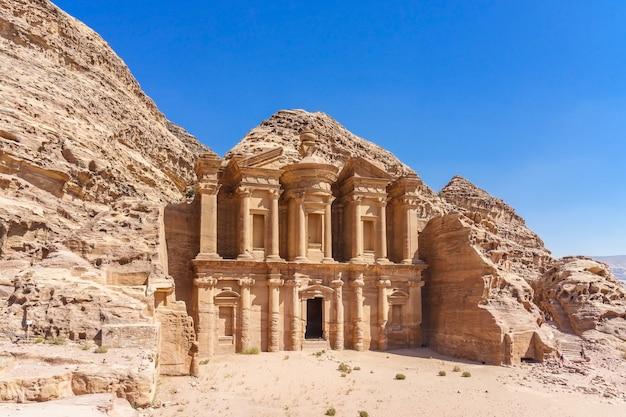 Sławna fasada ad deir w antycznym mieście petra, jordania. klasztor w starożytnym mieście petra.