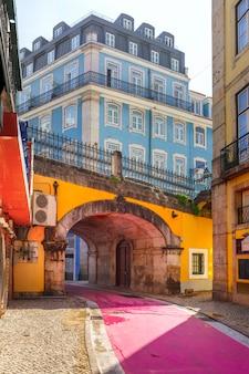 Sławna różowa ulica w lisbon, portugalia