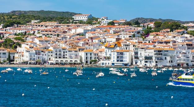 Sławna wioska cadaques w słonecznym dniu. costa brava.