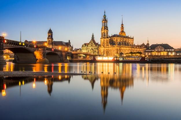 Sławny kościół dzwonił hofkirche i most nad rzecznym elbe w drezdeńskim, niemcy
