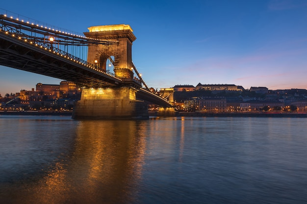 Sławny łańcuszkowy most nad danune rzecznym widokiem przy zmierzchem