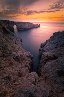 Sławny pont d'en gil przy zachodnim wybrzeżem menorca, balearic, hiszpania.