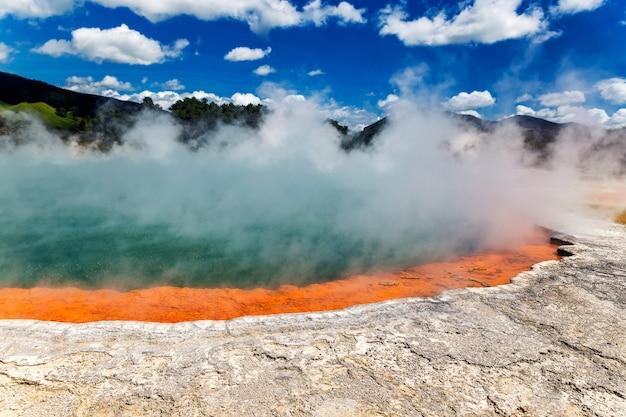 Sławny termalny jeziorny szampański basen w wai-o-tapu thermanl krainie cudów w rotorua, nowa zelandia