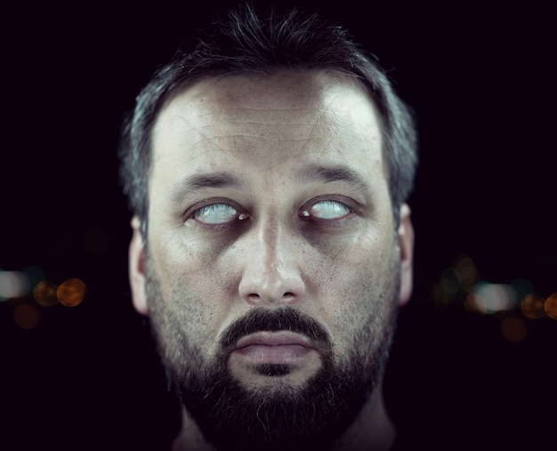 Ślepiec z białymi oczami