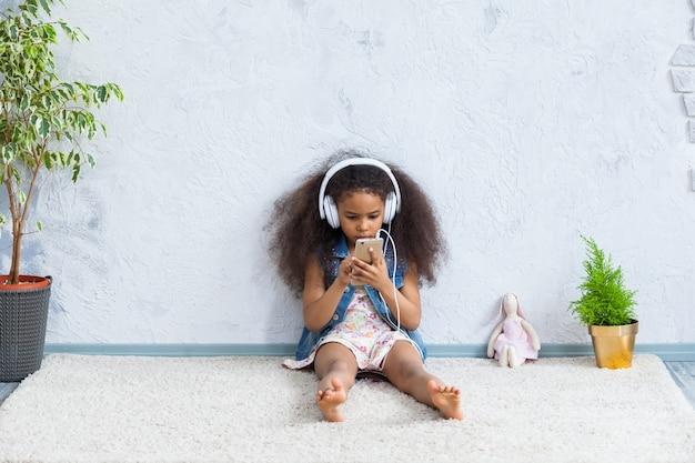 Śliczna Afro Dziewczyna Słucha Muzyka W Domu Premium Zdjęcia