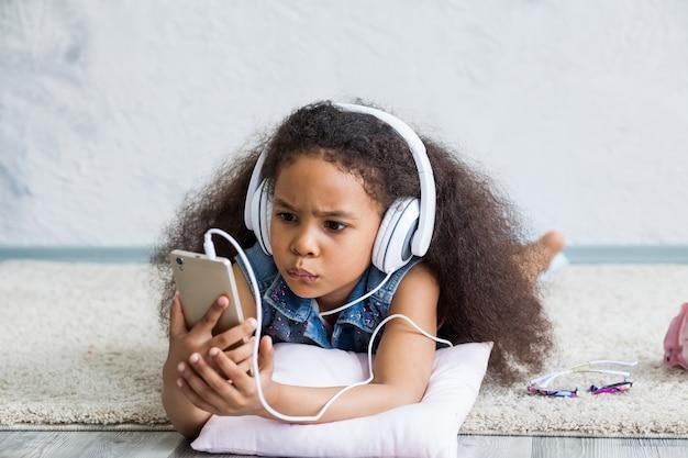 Śliczna afro dziewczyna słucha muzyka w domu