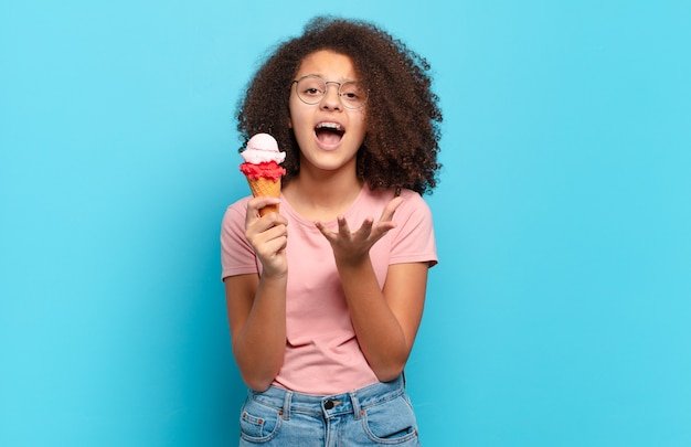 Śliczna afro nastolatka wyglądająca na zdesperowaną i sfrustrowaną
