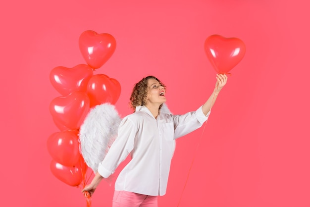 Śliczna aniołek z czerwonymi balonami w kształcie serca piękna dziewczyna anioł z czerwonymi balonami amorek kobieta z