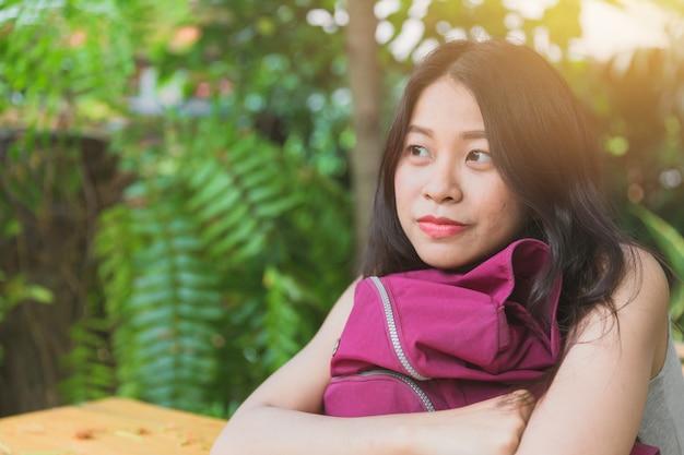 Śliczna azjatykcia kobieta marzy patrzejący uśmiech i przyszłość