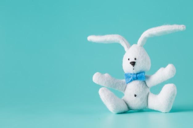 Śliczna biała zabawka królika