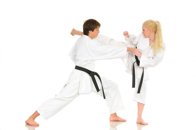 Śliczna blondynka i młody bezczelny facet karate