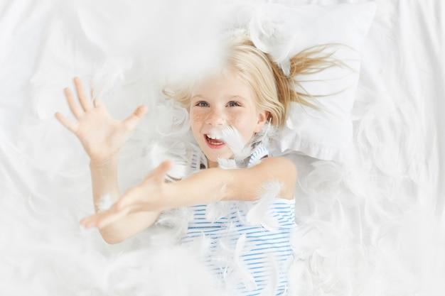 Śliczna blondynka mała dziewczynka w łóżku