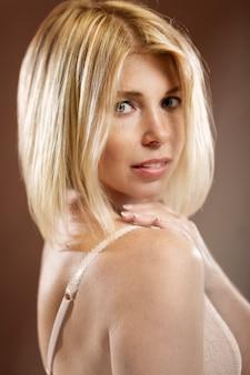 Śliczna blondynka w bieliźnie. pionowy.