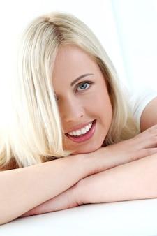 Śliczna blondynka z szerokim uśmiechem