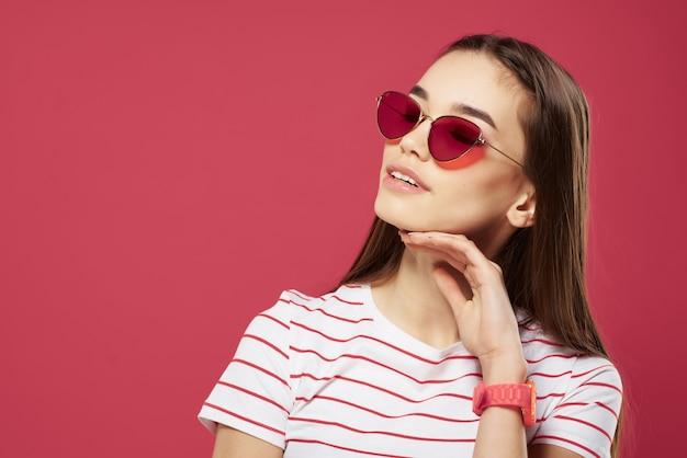 Śliczna brunetka w pasiastym tshirt pozowanie modny letni styl