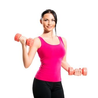 Śliczna brunetki kobieta podczas sprawności fizycznej ćwiczenia