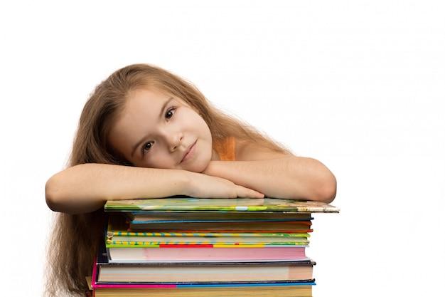 Śliczna caucasian mała dziewczynka z książkami. portret szkoły. pojedynczo na białym tle
