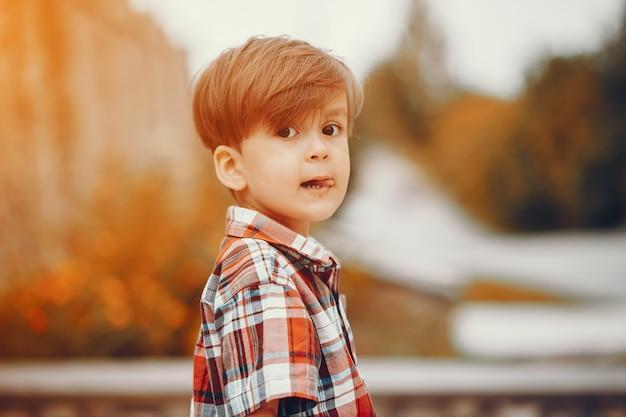 Śliczna chłopiec bawić się w parku