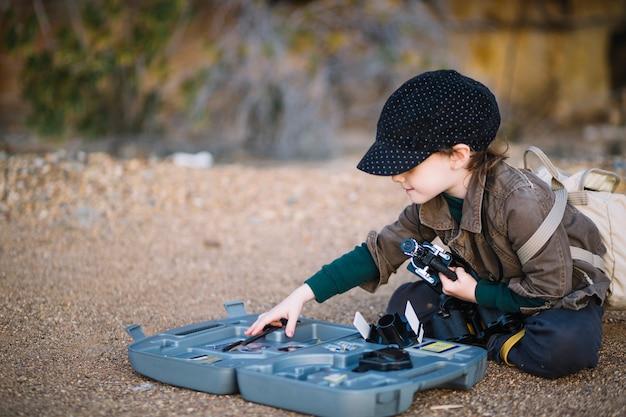 Śliczna chłopiec bawić się z mikroskopem