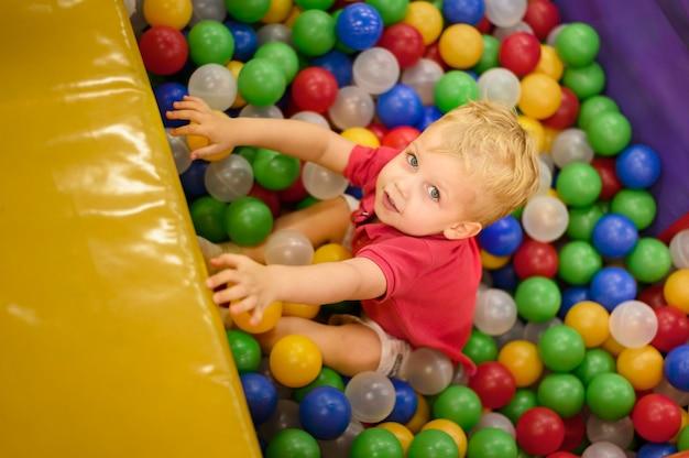Śliczna chłopiec cieszy się balową jamę