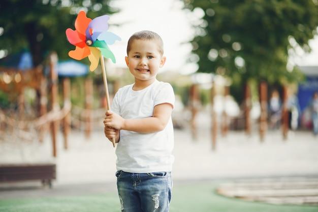 Śliczna chłopiec ma zabawę na boisku