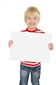 Śliczna chłopiec pokazuje białą stronę