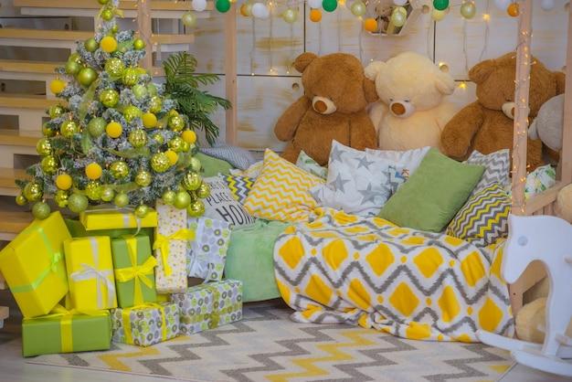 Śliczna choinka w świątecznym wnętrzu dziecięcego pokoju
