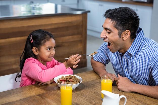 Śliczna córka karmi jego ojca