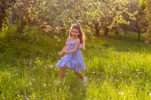 Śliczna dziewczyna bawić się w parku