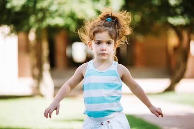 Śliczna dziewczyna chodzi outdoors