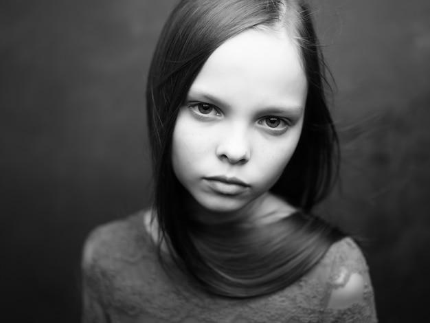 Śliczna dziewczyna czarno-białe zdjęcie niezadowolenie smutek
