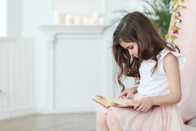 Śliczna dziewczyna czyta książkę
