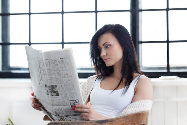 Śliczna dziewczyna czyta wiadomości