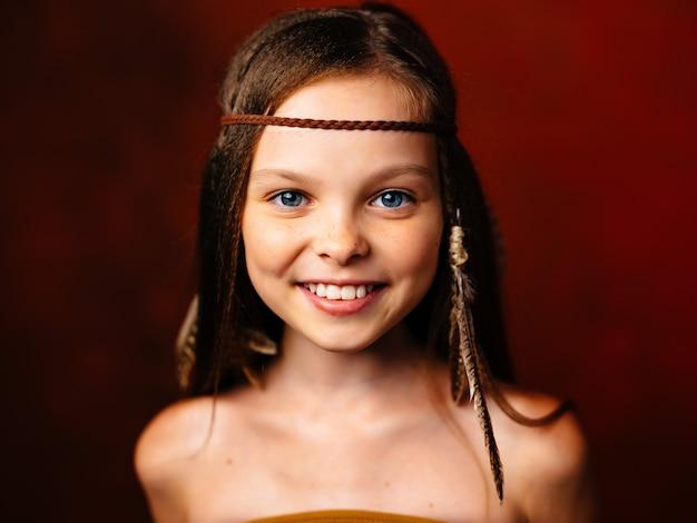 Śliczna dziewczyna fryzura apache pochodzenie etniczne czerwone tło