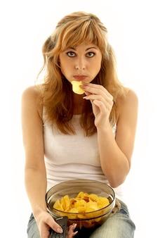 Śliczna dziewczyna jedzenie chipsów ziemniaczanych
