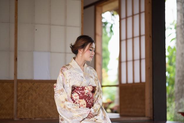 Śliczna dziewczyna jest ubranym japońskiego yukata