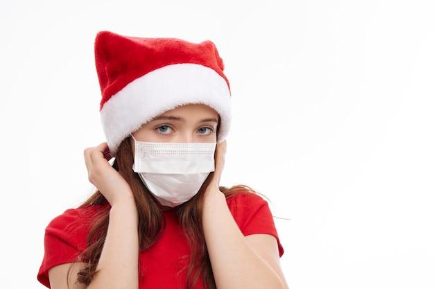 Śliczna dziewczyna maska medyczna czapka świąteczna czerwona koszulka i wakacje nowy rok