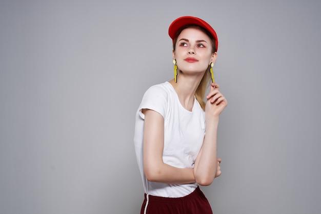Śliczna dziewczyna moda ubrania lato styl żółte kolczyki makijaż